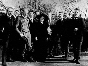 "1911 ""Círculo de Gottinga"", de izquierda a derecha: Reinach, Neumann, Lipps, Scheler, Koyre, Hering, Ms. Martius, Hamburger, Conrad, Huebener, v. Sybel, Clemens. (Infografía)"
