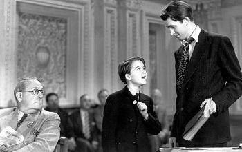 """<img src=""""Mr.Smith.jpg"""" alt=""""Un botones del Senado enseña orgulloso su insignia de Boy Ranger al Senador Smith"""">"""