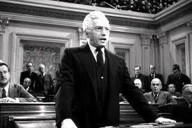 """<img src=""""Mr.Smith.jpg"""" alt=""""El 'honorable' Senador Paine denunciando falsamente al Senador Smith"""">"""