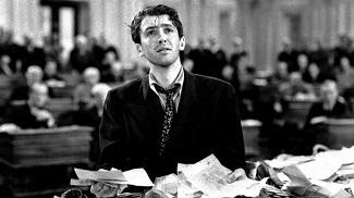 """<img src=""""Mr.Smith.jpg"""" alt=""""El Senador Jeff Smith desesperado ante el cesto que contiene telegramas en su contra enviados por personas de su Estado"""">"""