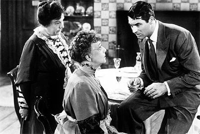 "<img src=""Arsenic and Old Lace"" alt=""Arsenic and Old Lace: Mortimer descubre que sus tías practican la 'eutanasia' con ancianos solteros"">"