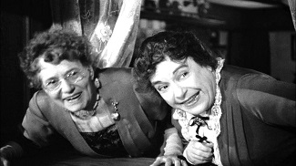 "<img src=""Arsenic and Old Lace"" alt=""Arsenic and Old Lace: Abby y Martha, dos abuelitas 'encantadoras'"">"