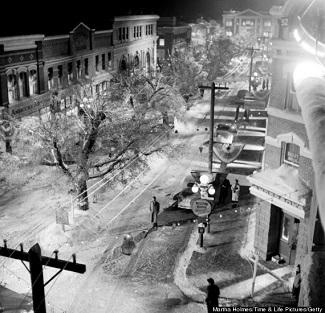 """<img src=""""It's a Wonderful Life"""" alt=""""La pequeña localidad de Bedford Falls vista desde arriba"""">"""
