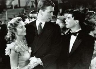 Freddie trata de bailar con Mary