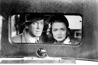 La gente se agolpa ante la cooperativa verrada y George y Mary lo ven desde un taxi