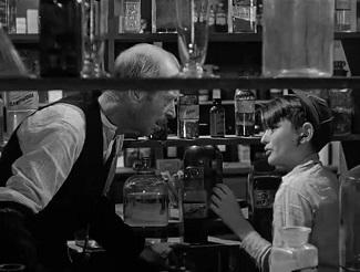"""<img src=""""It's a wonderful life"""" alt="""" Mr. Gower riñe a George sin saber que el niño le ha evitado envenenar a una persona"""">"""