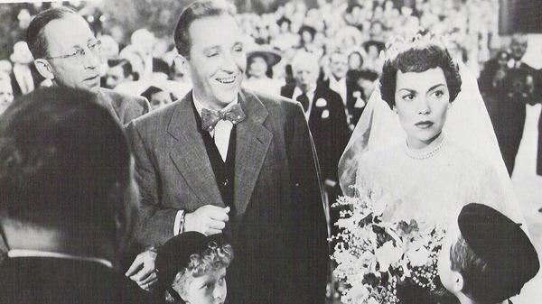 Pete Garvey (Bing Crosby) inventa un fraude inmobiliario y, con la ayuda de su editor, George Degnan (Robert Keith), intenta desacreditar al prometido de su ex novia