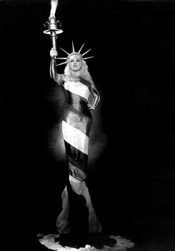 Mae West como estatua de la Libertad